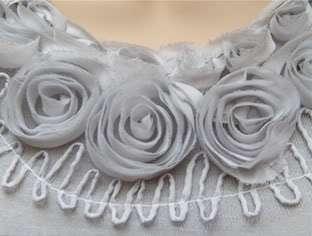 Robe de soirée GRIS CLAIR roses et volants Taille 36 38
